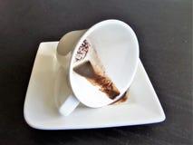 λευκό φλυτζανιών καφέ καφές που ανατρέπεται Στοκ Εικόνες
