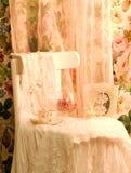 λευκό φλυτζανών τσαγιού πλαισίων φορεμάτων εδρών Στοκ Εικόνες