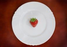 λευκό φραουλών πιάτων Στοκ φωτογραφία με δικαίωμα ελεύθερης χρήσης