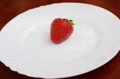 λευκό φραουλών πιάτων Στοκ φωτογραφίες με δικαίωμα ελεύθερης χρήσης