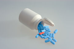 λευκό χαπιών ιατρικής μπο&ups στοκ εικόνα με δικαίωμα ελεύθερης χρήσης