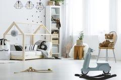 Λευκό, δωμάτιο παιδιών με τα παιχνίδια Στοκ Εικόνες