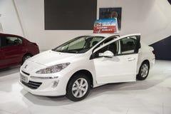 Λευκό peugeot 408 ανοιγμένη αυτοκίνητο πόρτα φορείων Στοκ εικόνες με δικαίωμα ελεύθερης χρήσης