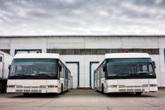 Λεωφορεία αερολιμένων στο χώρο στάθμευσης Στοκ φωτογραφία με δικαίωμα ελεύθερης χρήσης