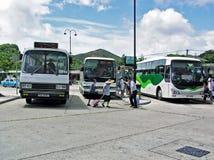 Λεωφορεία και άνθρωποι στο τέρμα λεωφορείων μεταλλικού θόρυβου Ngong στο νησί Lantau στο Χονγκ Κονγκ Στοκ Φωτογραφία