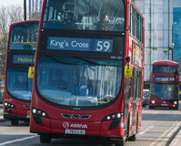 Λεωφορεία του Λονδίνου στη γέφυρα Λονδίνο UK του Βατερλώ Στοκ φωτογραφία με δικαίωμα ελεύθερης χρήσης