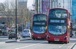 Λεωφορεία του Λονδίνου στη γέφυρα Λονδίνο UK του Βατερλώ Στοκ εικόνες με δικαίωμα ελεύθερης χρήσης