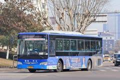 Λεωφορείο με τη διαφήμιση στο κέντρο Yiwu, Κίνα Στοκ εικόνα με δικαίωμα ελεύθερης χρήσης