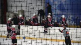 Λεωφορείο ομάδας που δίνει τις οδηγίες στους παίκτες χόκεϋ προτού να εισαγάγουν την αίθουσα παγοδρομίας πάγου απόθεμα βίντεο