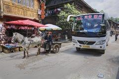 Λεωφορείο οχημάτων πυκνών δρομολογίων και horse-drawn μεταφορά, χωριό εθνικών μειονοτήτων Στοκ Φωτογραφία