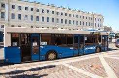 Λεωφορείο πόλεων ως κινητή δημόσια τουαλέτα που σταθμεύουν στην οδό πόλεων μέσα Στοκ Εικόνες