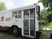 Λεωφορείο πλατφορμών φεστιβάλ γιγάντων της Νέας Υόρκης της Νέας Υόρκης με για το σημάδι πώλησης στο Βορρά Brunswick, NJ, ΗΠΑ Ð « Στοκ φωτογραφία με δικαίωμα ελεύθερης χρήσης