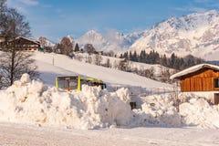 Λεωφορείο σκι με τα βουνά στο υπόβαθρο Περιοχή schladming-Dachstein, Liezen, Styria, Αυστρία σκι στοκ φωτογραφία