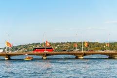 Λεωφορείο στη γέφυρα Bergues στη λίμνη Ελβετός της Γενεύης Στοκ φωτογραφίες με δικαίωμα ελεύθερης χρήσης