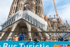 Λεωφορείο τουριστών κοντά Sagrada Familia στη Βαρκελώνη Στοκ Φωτογραφίες