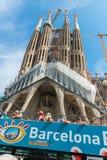 Λεωφορείο τουριστών κοντά Sagrada Familia στη Βαρκελώνη Στοκ Εικόνες