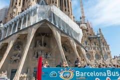 Λεωφορείο τουριστών κοντά Sagrada Familia στη Βαρκελώνη Στοκ εικόνες με δικαίωμα ελεύθερης χρήσης
