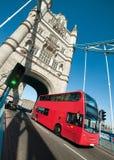Λεωφορείο του Λονδίνου στη γέφυρα πύργων στο Λονδίνο Στοκ Φωτογραφίες