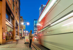 Λεωφορείο των Δυτικών Μεσαγγλιών στην ευρεία οδό, Μπέρμιγχαμ στο σούρουπο Στοκ Φωτογραφίες