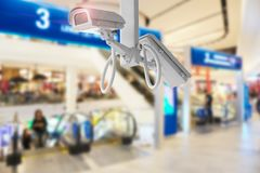 Λεωφόρος αγορών κάμερων ασφαλείας CCTV στο μουτζουρωμένο υπόβαθρο Στοκ Εικόνα