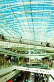 Λεωφόρος αγορών της Λισσαβώνας με το ανώτατο όριο γυαλιού, άνθρωποι που ορμά, διαγώνιες γέφυρες, σύγχρονη αρχιτεκτονική στοκ φωτογραφία με δικαίωμα ελεύθερης χρήσης