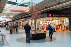 Λεωφόρος αγορών Schiphol Plaza ανθρώπων, αερολιμένας Schiphol, Κάτω Χώρες Στοκ Φωτογραφίες