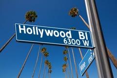 Λεωφόρος Hollywood με την απεικόνιση σημαδιών στους φοίνικες Στοκ Εικόνα