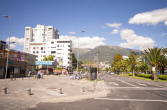 Λεωφόρος Naciones Unidas μια συμπαθητική ηλιόλουστη ημέρα με το ηφαίστειο Pichincha Στοκ Εικόνες