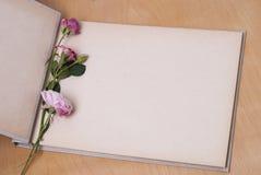 Λεύκωμα και τριαντάφυλλα φωτογραφιών Στοκ εικόνα με δικαίωμα ελεύθερης χρήσης