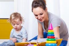Λεύκωμα φωτογραφιών εξέτασης μητέρων με το γιο Στοκ φωτογραφία με δικαίωμα ελεύθερης χρήσης