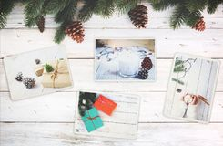 Λεύκωμα φωτογραφιών στην ενθύμηση και τη νοσταλγία στη χειμερινή εποχή Χριστουγέννων στον ξύλινο πίνακα στοκ φωτογραφία
