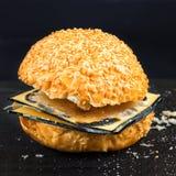Ληγμένο γρήγορο φαγητό Κουλούρι για Burger και το χαλασμένο τυρί Επιβλαβής DA Στοκ Φωτογραφίες