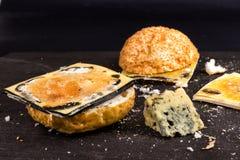 Ληγμένο γρήγορο φαγητό Κουλούρι για Burger και το χαλασμένο τυρί Επιβλαβής DA Στοκ εικόνα με δικαίωμα ελεύθερης χρήσης