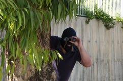 Ληστής που κοιτάζει επίμονα σε σας μέσω των διοπτρών Στοκ εικόνα με δικαίωμα ελεύθερης χρήσης
