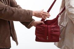Ληστής που παίρνει ένα πορτοφόλι γυναικών Στοκ φωτογραφία με δικαίωμα ελεύθερης χρήσης