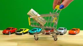 Λιανικές αγορές για την έννοια αυτοκινήτων με το μικροσκοπικό κάρρο αγορών Στοκ Εικόνες