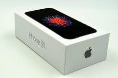 Λιανικό κιβώτιο SE iPhone της Apple Στοκ φωτογραφία με δικαίωμα ελεύθερης χρήσης