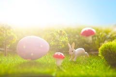 Λιβάδι άνοιξη με τα μικροσκοπικά κουνέλια Πάσχας και τα αυγά Πάσχας Στοκ φωτογραφίες με δικαίωμα ελεύθερης χρήσης