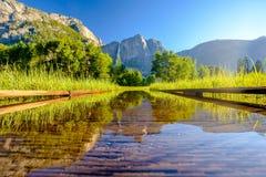 Λιβάδι με τις πλημμυρισμένες πτώσεις θαλασσίων περίπατων και Yosemite Στοκ φωτογραφία με δικαίωμα ελεύθερης χρήσης