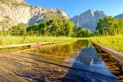 Λιβάδι με τις πλημμυρισμένες πτώσεις θαλασσίων περίπατων και Yosemite Στοκ Εικόνα