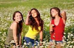 λιβάδι τρία κοριτσιών Στοκ Εικόνες