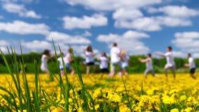 Λιβάδι των πικραλίδων, teens παίζοντας φιλμ μικρού μήκους