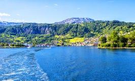 Λιβάδια και χωριό σε Hardanger Fiord Στοκ εικόνες με δικαίωμα ελεύθερης χρήσης