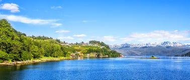 Λιβάδια και χωριό σε Hardanger Fiord Στοκ εικόνα με δικαίωμα ελεύθερης χρήσης