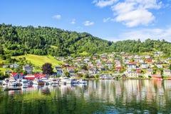 Λιβάδια και χωριό σε Hardanger Fiord Στοκ φωτογραφία με δικαίωμα ελεύθερης χρήσης
