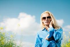 λιβάδι κοριτσιών Στοκ εικόνες με δικαίωμα ελεύθερης χρήσης