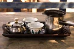 Λιβανέζικες κύπελλα και κατσαρόλα καφέ Στοκ εικόνα με δικαίωμα ελεύθερης χρήσης
