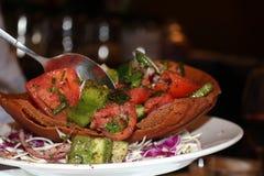 Λιβανέζικη σαλάτα στο τηγανισμένο ψωμί Στοκ εικόνα με δικαίωμα ελεύθερης χρήσης