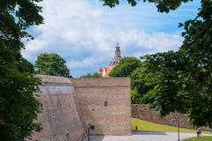 2017-06-25, Λιθουανία, παλαιά πόλη Vilnius, ο προμαχώνας του τοίχου σε Vilnius, άποψη στην εκκλησία της ευλογημένης Virgin Mary τ Στοκ Φωτογραφία