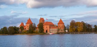 Λιθουανία, Τρακάι 2017 10 19 όμορφα Galve άποψης λίμνη και κάστρο του Τρακάι στο υπόβαθρο Το κάστρο του Τρακάι είναι γοτθικά ύφος Στοκ εικόνα με δικαίωμα ελεύθερης χρήσης